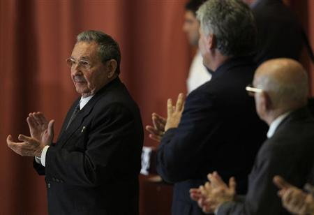 Cuba's President Raul Castro (L) applauds during the closing session of the Cuban National Assembly in Havana February 24, 2013. REUTERS/Enrique De La Osa
