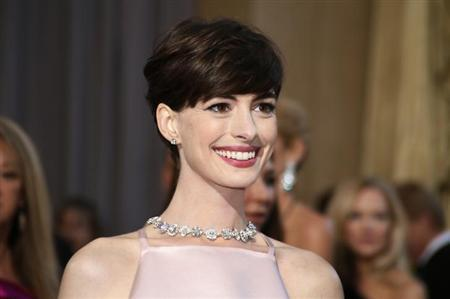 Anne Hathaway, best supporting actress nominee for her role in ''Les Miserables'' poses at the 85th Academy Awards in Hollywood, California February 24, 2013. REUTERS/Lucy Nicholson