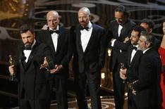 """El drama sobre una toma de rehenes estadounidenses en Irán """"Argo"""" ganó el domingo el Oscar a la mejor película, el máximo galardón en los premios más codiciados del mundo del cine, superando a su rival """"Lincoln"""", mientras que Ang Lee se llevó el otro premio importante, el de mejor director, por """"La vida de Pi"""". Imagen del director y productor de la película, Ben Affleck (izq.), con los otros productores Grant Heslov y George Clooney (dcha.) y parte del reparto al aceptar el premio en la ceremonia celebrada el 24 de febrero en Hollywood, California. Los actores Alan Arkin y Bryan Cranston están segundo y tercero a la izq., respectivamente. REUTERS/Mario Anzuoni"""