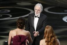 """O cineasta austríaco Michael Haneke recebe o Oscar de melhor filme estrangeiro por """"Amor"""", no Teatro Dolby, em Los Angeles, nos Estados Unidos, na madrugada desta segunda-feira. 24/02/2013 REUTERS/Mario Anzuoni"""