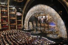 """A primeira-dama dos Estados Unidos, Michelle Obama (no telão), anuncia ao vivo desde Washington o vencedor do Oscar de melhor filme, para """"Argo"""", no Teatro Dolby, em Los Angeles, na madrugada desta segunda-feira. 25/02/2013 REUTERS/Mario Anzuoni"""