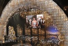 La primera dama de Estados Unidos, Michelle Obama, hizo una aparición inesperada y sin precedentes en la ceremonia de entrega de los Oscar, al presentar el galardón a mejor película. Imagen del escenario con la gran pantalla en la que se puede ver a Michelle Obama en la ceremonia del 24 de febrero en Hollywood, California. REUTERS/Mario Anzuoni
