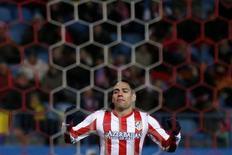 Un gol de penalti de Radamel Falcao permitió al Atlético de Madrid mantener la imbatibilidad en casa, con un triunfo el domingo por 1-0 sobre el Espanyol, a pesar de acabar el encuentro con 10 hombres. Imagen de Falcao durante el encuentro disputado el 24 de febrero en el Vicente Calderón de Madrid. REUTERS/Juan Medina