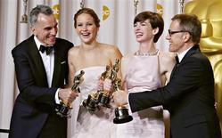 """La Academia de las Artes y las Ciencias entregó los Oscar en una ceremonia celebrada el domingo en el Dolby Theatre de Hollywood, en California, por las películas estrenadas en 2012. Imagen de los ganadores de las cuatro categorías de actuación, bromeando al posar para los fotógrafos en el 'backstage'. De izq. a dcha., Daniel Day Lewis, mejor actor por """"Lincoln"""", Jennifer Lawrence, mejor actriz por """"El lado bueno de las cosas"""", Anne Hathaway, mejor actriz de reparto por """"Les Miserables"""", y Christoph Waltz, mejor actor de reparto por """"Django desencadenado"""", en Hollywood, California, el 24 de febrero. REUTERS/ Mike Blake"""