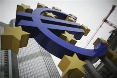 La France doit absolument tenir son engagement de réduction de déficit structurel en 2013, déclare Benoît Coeuré, membre français du directoire de la Banque centrale européenne (BCE)dans une interview publiée lundi par Les Echos. /Photo d'archives/REUTERS/Alex Domanski