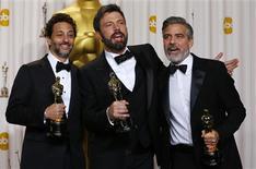 """El thriller sobre la toma de rehenes en Irán """"Argo"""" ganó el domingo el Oscar a la mejor película, el mayor honor en la industria del cine, en una noche decepcionante para la otra favorita, """"Lincoln"""", y en la que """"La vida de Pi"""" fue la más galardonada con cuatro premios, entre ellos el de Ang Lee como mejor director. En la imagen, de 24 de febrero, los productores de la mejor película """"Argo"""" Grant Heslov, Ben Affleck y George Clooney posan con su Oscar en Hollywood, California. REUTERS/ Mike Blake"""