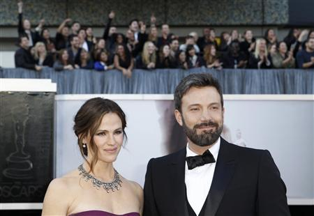 Argo director Ben Affleck poses with wife Jennifer Gardner arrive at the 85th Academy Awards in Hollywood, California February 24, 2013. REUTERS/Lucas Jackson
