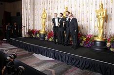 "Jack Nicholson accanto ai produttori di ""Argo"" George Clooney, Grant Heslov e Ben Affleck per l'85-esimo Academy Awards a Hollywood, California, 24 febbraio, 2013. REUTERS/Mike Blake"