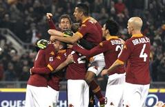 La squadra della Capitale festeggia dopo il successo contor la Juventus. Roma, 16 febbraio, 2013. REUTERS/Alessandro Bianchi