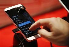 Les ventes de la dernière ligne de smartphones BlackBerry se déroulent à un rythme plus élevé que prévu et le groupe a dû accélérer leur production, a déclaré son directeur général Thorsten Heins au quotidien allemand Frankfurter Allgemeine Zeitung. /Photo prise le 5 février 2013/REUTERS/Mark Blinch