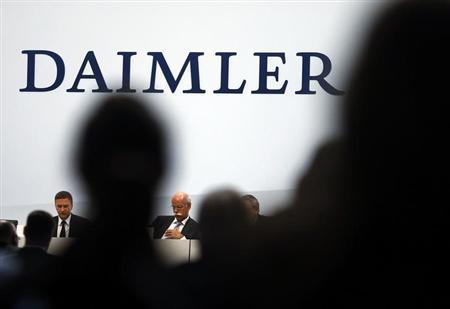 Daimler AG Chief Executive Dieter Zetsche and finance chief Bodo Uebber (L) attend the company's annual news conference in Stuttgart February 7, 2013. REUTERS/Michael Dalder(GERMANY - Tags: BUSINESS TRANSPORT)
