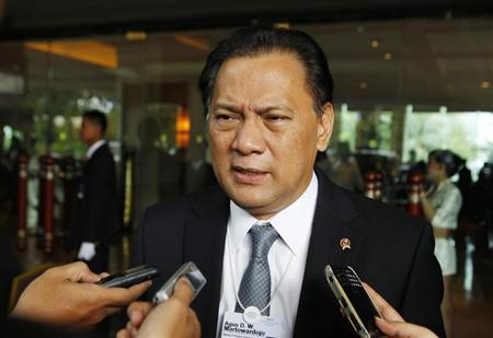 Indonesia's Finance Minister Agus Martowardojo talks to reporters during the opening ceremony of the World Economic Forum on East Asia in Jakarta June 12, 2011. REUTERS/Beawiharta