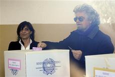 Vote de l'humoriste Beppe Grillo, du Mouvement Cinq Etoiles (M5S), à Gênes. Les bureaux de vote ont rouvert lundi au second et dernier jour des législatives italiennes, alors que la tentation du vote sanction ajoute à l'incertitude de ce scrutin très suivi par les marchés financiers, qui craignent un blocage politique susceptible de relancer la crise de la zone euro. /Photo prise le 25 février 2013/REUTERS/Giorgio Perottino