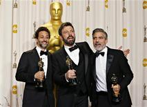 """Produtores do filme vencedor do Oscar """"Argo"""" George Clooney (D), Grant Heslov e Ben Afleck (C) posam com estatuetas na 85ª cerimônia do Oscar, em Hollywood. 24/02/2013 REUTERS/ Mike Blake"""