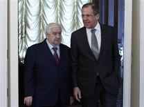 Chanceler russo, Sergei Lavrov (D), e chanceler sírio, Walid al-Moualem, durante reunião em Moscou. Walid al-Moualem disse que o governo está pronto para negociar com a oposição armada do país. 25/02/2013 REUTERS/Sergei Karpukhin