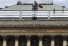 Les Bourses européennes accentuent leurs gains à mi-séance dans des marchés portés par la perspective d'une poursuite de politiques monétaires très accommodantes, notamment au Japon, et dans l'attente des résultats du scrutin italien. À Paris, le CAC 40 gagne 1,87% vers 12h15 GMT. À Francfort, le Dax prend 2,47% et à Londres, le FTSE avance de 0,73%. /Photo prise le 8 février 2013/REUTERS/Charles Platiau
