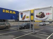Sur le parking du magasin Ikea de Malmö, en Suède. Ikea a retiré des lots de boulettes de viande fabriquées en Suède de ses restaurants dans treize pays d'Europe, après la découverte par les autorités sanitaires tchèques de traces de viande de cheval dans un de ces lots. /Photo d'archives/REUTERS/Toby Melville REUTERS/Johannes Cleris/Scanpix