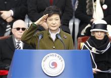 Nova presidente da Coreia do Sul, Park Geun-hye, faz sinal de saudação militar durante sua posse no parlamento em Seul. A nova presidente da Coreia do Sul, Park Geun-hye, cobrou da Coreia do Norte que abandone as ambições nucleares e pare de desperdiçar seus escassos recursos em armas, menos de duas semanas após o país ter realizado um terceiro teste nuclear. 25/02/2013 REUTERS/Lee Jae-Won