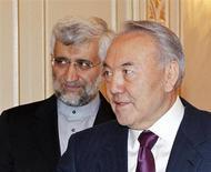 Президент Казахстана Нурсултан Назарбаев (справа) на встрече с секретарем Высшего совета национальной безопасности Ирана Саидом Джалили в Алма-Ате 25 февраля 2013 года. Крупнейшие мировые державы, чьи представители соберутся на этой неделе в Казахстане, предложат Ирану некоторое ослабление санкций, если тот согласится ограничить свою ядерную программу, сказал в понедельник американский дипломат. REUTERS/Shamil Zhumatov