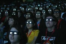 """Люди смотрят превью """"Аватара"""" во время Comic Con Convention в Сан-Диего 23 июля 2009 года. Криминальная комедия """"Поймай толстуху, если сможешь"""" с третьего раза """"запрыгнула"""" на вершину североамериканского бокс-офиса, с небольшим отрывом обойдя дебютанта минувшей недели - боевик """"Стукач"""". REUTERS/Mario Anzuoni"""