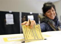Una donna vota per il Senato a Piacenza. REUTERS/Paolo Bona