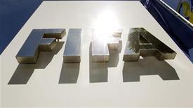 Imagen de archivo del logo de la FIFA frente a su casa matriz en Zúrich, mayo 29 2011. La FIFA ha aprobado y concedido una licencia para un tercer sistema para la línea de gol, lo que lo hace elegible para su utilización en el Mundial de Brasil 2014, dijo el lunes el organismo que rige el fútbol en un comunicado. REUTERS/Arnd Wiegmann