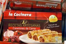 Canelones de firma La Cocinera a la venta en un supermercado de Madrid, feb 25 2013. El escándalo de la carne de caballo etiquetada erróneamente continúa expandiéndose por Europa y el lunes se anunció en España y República Checa el hallazgo de productos de vacuno con presencia de carne equina. REUTERS/Sergio Perez