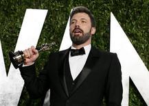 """El actor y director Ben Affleck sostiene su estatuilla del Oscar tras ser premiado por su película """"Argo"""" en Hollywood, EEUU, feb 25 2013. El thriller sobre la toma de rehenes en Irán """"Argo"""" ganó el domingo el Oscar a Mejor Película, el mayor honor en la industria del cine, mientras que Ang Lee fue una elección sorpresa como Mejor Director por """"Life of Pi"""". REUTERS/Danny Moloshok"""