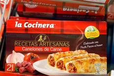 El escándalo de la carne de caballo etiquetada erróneamente continúa expandiéndose por Europa, y el lunes se anunció en España y República Checa el hallazgo de productos de vacuno con presencia de carne equina. En la imagen, paquetes de canelones de carne de La Cocinera en un supermercado de Madrid, el 25 de febrero de 2013. REUTERS/Sergio Pérez