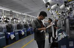 Universitários chineses trabalham em fábrica de roupas em Jiaxing, China. O crescimento do vasto setor industrial da China recuou em fevereiro de uma máxima de dois anos, embora ainda tenha mostrado expansão pelo quarto mês consecutivo, mostrou a pesquisa Índice de Gerentes de Compras (PMI, na sigla em inglês), do HSBC, nesta segunda-feira. 19/10/2012 REUTERS/Stringer