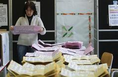 Dépouillement dans un bureau de vote à Rome. La coalition de centre gauche emmenée par Pier Luigi Bersani dispose d'une nette avance à la Chambre des députés mais l'incertitude demeure pour le contrôle du Sénat à l'issue des élections législatives de dimanche et lundi en Italie. /Photo prise le 25 février 2013/REUTERS/Yara Nardi