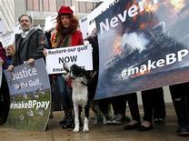 Ativistas protestam em frente ao prédio federal de Hale Boggs no primeiro dia de julgamento do derramamento de petróleo de Deepwater Horizon, em Nova Orleans, EUA. Quase três anos depois de uma explosão em águas profundas que matou 11 homens, afundou uma plataforma e derramou 4 milhões de barris de petróleo no Golfo do México, a BP e as outras empresas envolvidas estão prestes a enfrentar o seu dia no tribunal. 25/02/2013 REUTERS/Jonathan Bachman