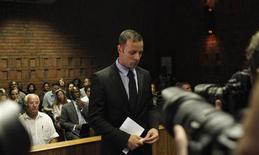 El atleta olímpico y paralímpico sudafricano Oscar Pistorius, acusado de haber matado a su novia, se someterá al menos a cuatro pruebas al azar para detectar drogas y alcohol en los próximos meses y garantizar que cumple con las condiciones de la libertad bajo fianza, dijo el lunes un funcionario. En la imagen, el atleta  Oscar Pistorius, en un descanso de la vista en la corte de Pretoria, el 20 de febrero de 2013. REUTERS/Siphiwe Sibeko