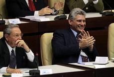 El presidente de Cuba, Raúl Castro (a la izquierda en la imagen), junto a Miguel Díaz-Canel, el primer vicepresidente de la isla, durante la ceremonia de cierre de la Asamblea Nacional en La Habana, feb 24 2013. Miguel Díaz-Canel, el flamante primer vicepresidente de Cuba, es un sobrio ingeniero en electrónica de larga carrera en el Partido Comunista, respetado en el ámbito universitario y con buenas relaciones con el ala militar, credenciales que lo convierten en el sucesor más visible de Raúl Castro. REUTERS/Desmond Boylan