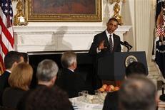 El presidente de Estados Unidos, Barack Obama, habla durante una cena en la Casa Blanca en Washington, feb 25 2013. El presidente de Estados Unidos, Barack Obama, instó el lunes a los gobernadores a que presionen al Congreso para impedir la entrada en vigencia de recortes de gastos gubernamentales por 85.000 millones de dólares el viernes y afirmó que está dispuesto a alcanzar un compromiso con los republicanos. REUTERS/Kevin Lamarque