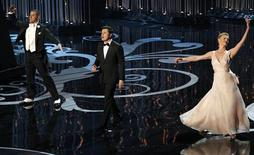 Host Seth MacFarlane (C) peforms a dance with Channing Tatun (L) and Charlize Theron at the 85th Academy Awards in Hollywood, California February 24, 2013. REUTERS/Mario Anzuoni