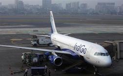 Un Airbus A320 d'IndiGo Airlines, à Mumbai. Airbus maintient ses prévisions optimistes pour la demande d'avions en Inde en dépit des difficultés financières des compagnies aériennes de ce pays. /Photo prise le 3 février 2013/REUTERS/Vivek Prakash