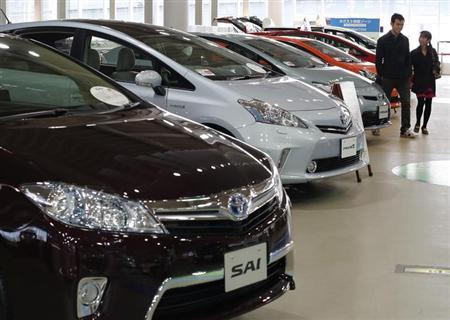 Visitors look at Toyota Motor Corp's hybrid cars at the company's showroom in Tokyo February 5, 2013. REUTERS/Toru Hanai