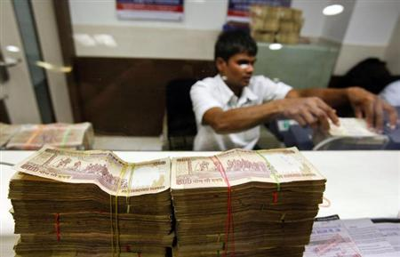 A teller counts currency notes at a Ratnakar Bank branch in Mumbai, January 24, 2013. REUTERS/Vivek Prakash/Files