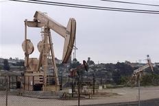 Нефтяная вышка в Лос-Анджелесе, 6 мая 2008 года. Цены на нефть снижаются из-за страха инвесторов перед политическим тупиком в Италии после парламентских выборов. REUTERS/Hector Mata