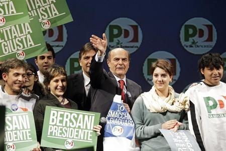 Italy's Democratic Party (PD) leader Pier Luigi Bersani (C) waves during his political rally in Rome, February 22, 2013. REUTERS/Remo Casilli