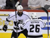 """Игроки """"Лос-Анджелеса"""" Дастин Пеннер (25) и Вячеслав Войнов (26) радуются шайбе, заброшенной в ворота """"Финикса"""" в матче НХЛ в Глендейле 22 мая 2012 года. """"Лос-Анджелес"""" поймал кураж на своем льду и обыграл со счетом 5-2 одного из лидеров сезона НХЛ - """"Анахайм"""", до этого побеждавший в шести встречах подряд. REUTERS/Todd Korol"""