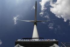 Alstom a annoncé mardi avoir décroché auprès de l'opérateur allemand de systèmes de transmission électrique TenneT le projet éolien maritime DolWin3, qui permettra de relier les parcs éoliens de la Mer du Nord au réseau continental. /Photo d'archives/REUTERS/Stephane Mahé