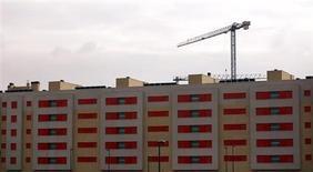 El capital prestado para la adquisición de vivienda en España se desplomó en el conjunto de 2012 en medio de la fuerte crisis económica del país que ha desplomado el negocio en el sector inmobiliario, según datos divulgados el martes por el Instituto Nacional de Estadística. En la imagen, un edificio en construcción en la localidad madrileña de Getafe el 21 de noviembre de 2012. REUTERS/Sergio Pérez