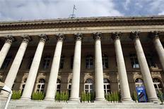 Les principales Bourses européennes ont ouvert en forte baisse mardi en réaction aux résultats des élections italiennes. À Paris, le CAC abandonne 2,41% vers 8h25 GMT. À Francfort, le Dax recule de 1,76% et à Londres, le FTSE perd 1,37%. Milan chute de 4,28% tandis que l'indice paneuropéen EuroStoxx 50 recule de 2,43%. /Photo d'archives/REUTERS/Charles Platiau