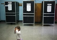 Una bambina a un seggio elettorale a Roma. REUTERS/Yara Nardi