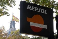 La petrolera española Repsol ultima la venta de sus activos de gas natural licuado (GNL) a Shell, dijo el martes el diario Expansión. En la imagen, una bandera española carca de un logo de Repsol en Madrid, el 23 de noviembre de 2012. REUTERS/Andrea Comas