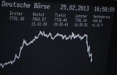 Las bolsas europeas caían el martes después de unas elecciones generales en Italia que dejaron al país en un impasse político y un con acentuado temor a la crisis de deuda en la zona euro. En la imagen, el índice DAX en un panel de la bolsa de Fráncfort, el 25 de febrero de 2013. REUTERS/Lisi Niesner