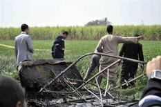 Dieciocho turistas europeos y asiáticos murieron el martes al estrellarse un globo aerostático cerca de la ciudad turística egipcia de Luxor tras una explosión de gas en pleno vuelo, dijeron las autoridades. En la imagen, un grupo de expertos examinan los restos del globo que se estrelló en Luxor, el 26 de febrero de 2013. REUTERS/Stringer