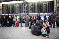 Las aerolíneas deben pagar una compensación a los pasajeros que lleguen a su destino tres o más horas después, incluso cuando se deba a una conexión perdida, dijo el martes el máximo tribunal de la Unión Europea. EN la imagen, una niña sentada en el suelo junto a una cola para embarcar en el aeropuerto de Fráncfort, el 21 de enero de 2013. REUTERS/Lisi Niesner